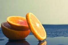 Ainda fruto alaranjado da fatia da vida no fundo escuro os mandarino slic Foto de Stock