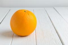 Ainda fruto alaranjado fresco da vida na tabela de madeira branca do vintage Foto de Stock