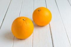 Ainda fruto alaranjado fresco da vida na tabela de madeira branca do vintage Fotos de Stock