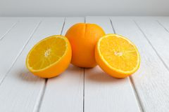 Ainda fruto alaranjado fresco da vida na tabela de madeira branca do vintage Imagens de Stock