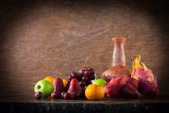 Ainda fruto da vida na tabela de madeira Imagem de Stock Royalty Free