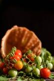Ainda grupo da vida de tomate na cesta na madeira velha Fotografia de Stock