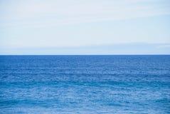 Ainda horizonte do oceano, nenhumas ondas, nenhuns objetos na vista, linha de água reta Imagens de Stock Royalty Free