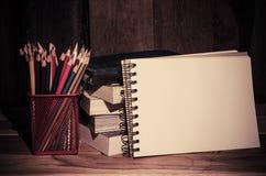 Ainda lápis e bloco de desenho da cor da vida no fundo de madeira Imagens de Stock