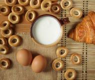Ainda lefe com leite e um croissant Fotos de Stock Royalty Free