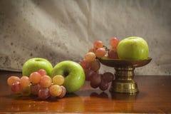 Ainda maçãs verdes da vida com uvas Fotografia de Stock Royalty Free