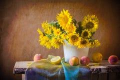Ainda o abricó dos girassóis da arte do vintage da flor do ramalhete da vida frutifica imagens de stock