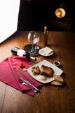 Ainda o jantar gourmet da vida grelhou a faixa da carne na tabela de madeira Fotos de Stock