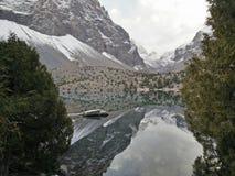 Ainda o lago da montanha reflete rochas Fotografia de Stock