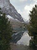 Ainda o lago da montanha reflete rochas Fotos de Stock Royalty Free