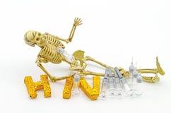 Ainda osso do corpo humano do conceito da vida, osso do crânio, seringa e A Imagens de Stock