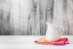 Ainda pano branco da cozinha do jarro da vida Fotografia de Stock Royalty Free