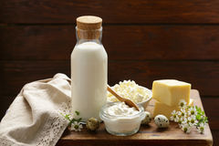 Ainda produtos láteos rústicos da vida - requeijão, creme de leite Fotos de Stock