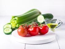 Ainda salada saboroso saudável do inimigo de Olive Oil Ripe Vegetables Ingredients do pepino dos tomates do aipo da vida Imagem de Stock Royalty Free