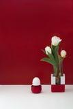 Ainda tulipa branca da vida e ovo branco Fotos de Stock Royalty Free