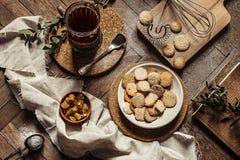 Ainda uma vida rústica com chá e cookie do doce Imagem de Stock