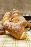 Ainda variedade da vida do pão com um vidro do vinho tinto. Foto de Stock