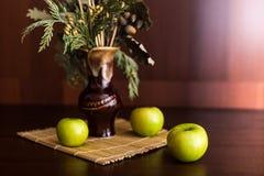 Ainda vaso e maçãs da vida Fotografia de Stock