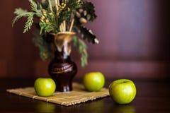 Ainda vaso e maçãs da vida Fotos de Stock