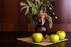 Ainda vaso e maçãs da vida Foto de Stock Royalty Free