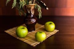 Ainda vaso e maçãs da vida Foto de Stock