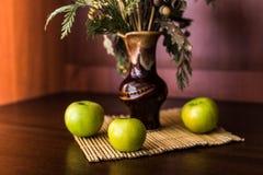Ainda vaso e maçãs da vida Imagens de Stock Royalty Free