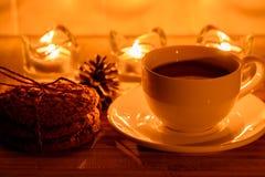 Ainda vida acolhedor com chá, luz da vela e cookies Imagens de Stock Royalty Free