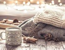 Ainda vida acolhedor com o copo do chá Foto de Stock