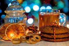 Ainda vida acolhedor do chá, da luz de Natal e da pastelaria Foto de Stock