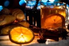 Ainda vida acolhedor do chá, da luz de Natal e da pastelaria Foto de Stock Royalty Free