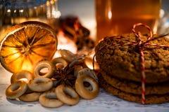 Ainda vida acolhedor do chá, da luz de Natal e da pastelaria Imagem de Stock Royalty Free