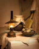 Ainda vida antiga Batatas com lâmpada de querosene Imagem de Stock