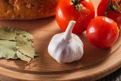 Ainda vida apetitosa do pão e do tempero dos vegetais em uma placa de madeira Imagens de Stock