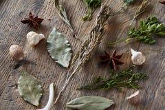 Ainda vida aromática com as várias ervas e especiarias no tambor de madeira, vista superior, close-up, foco seletivo Foto de Stock Royalty Free
