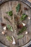 Ainda vida aromática com as várias ervas e especiarias no tambor de madeira, vista superior, close-up, foco seletivo, vertical Imagem de Stock Royalty Free