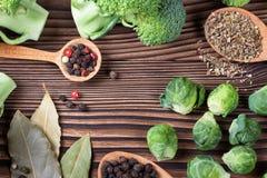 Ainda vida bonita com ervas e especiarias em uma tabela de madeira vista superior horizontal Imagem de Stock