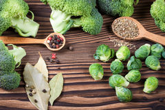 Ainda vida bonita com ervas e especiarias em uma tabela de madeira vista superior horizontal Imagens de Stock Royalty Free