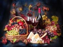 Ainda vida bonita com vidros de vinho, uvas, romã em t Foto de Stock