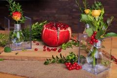 Ainda vida bonita das flores e do fruto Fotografia de Stock Royalty Free