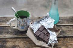 Ainda vida 1 Chocolate com o copo do chá e do café da manhã na manhã ensolarada da mola ou do verão Imagens de Stock