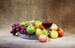 Ainda-vida clássica com fruta e vidro Imagens de Stock