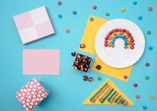 Ainda vida colorida com doces e presente no fundo azul Imagem de Stock Royalty Free