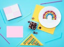 Ainda vida colorida com doces e presente no fundo azul Fotos de Stock