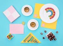 Ainda vida colorida com doces e presente no fundo azul Fotografia de Stock Royalty Free