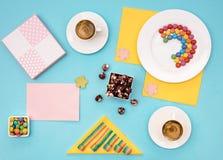 Ainda vida colorida com doces e presente no fundo azul Fotos de Stock Royalty Free