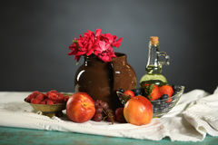 Ainda vida colorida com frutos e rosas Imagem de Stock