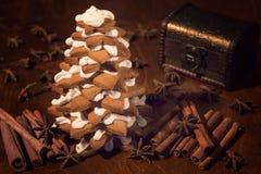 Ainda vida com a árvore do pão-de-espécie do Natal Fotos de Stock Royalty Free