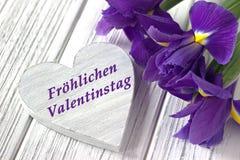 Ainda a vida com a íris do sinal do coração floresce no fundo de madeira branco casamento Cartão do dia de Valentim com texto Val Imagens de Stock