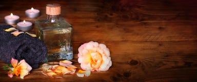 Ainda vida com óleo de banho para a beleza e o abrandamento Fotos de Stock