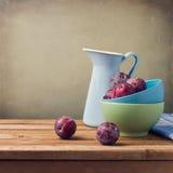 Ainda vida com ameixas frescas Fotografia de Stock Royalty Free